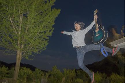 夜空へジャンプ!飛び出す西村さん。