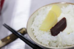 炊きたての村岡米と漬物