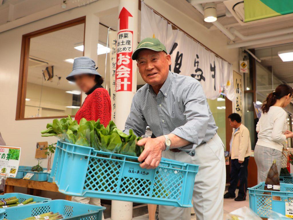 野菜を陳列する佐藤功さん