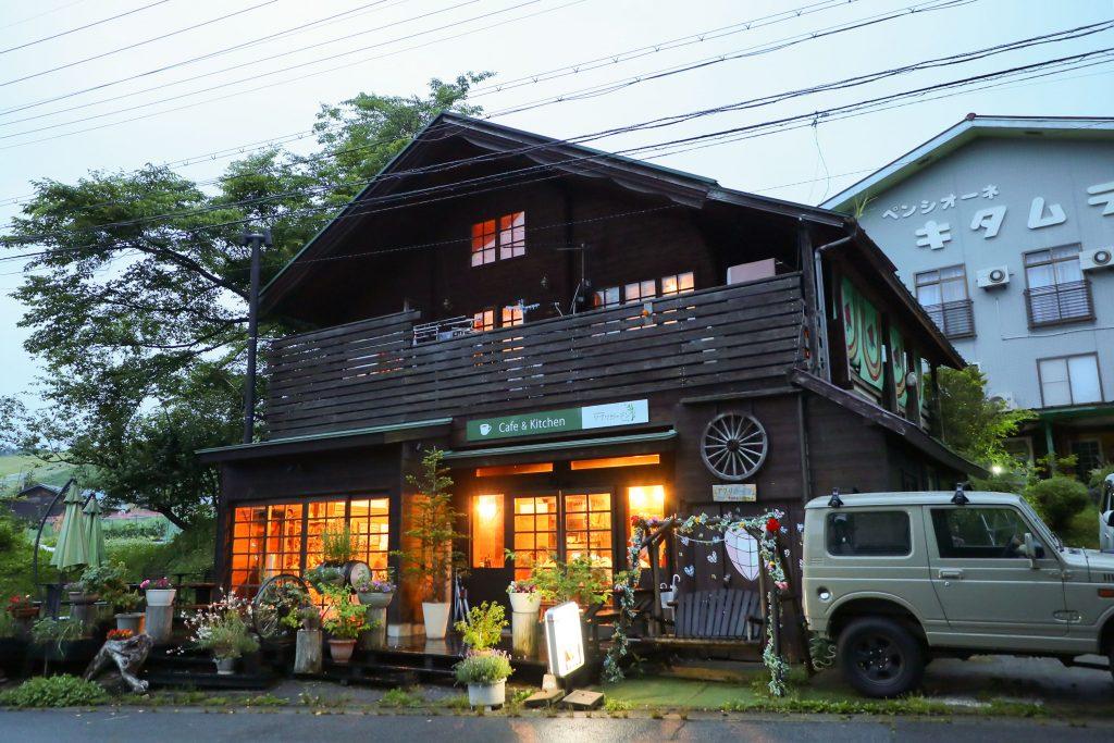 Cafe & Kitchen アグリガーデンとペンシオーネキタムラの外観 外にはカスタムされたジムニーが停っている