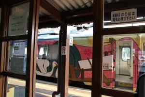 久美浜駅に列車到着