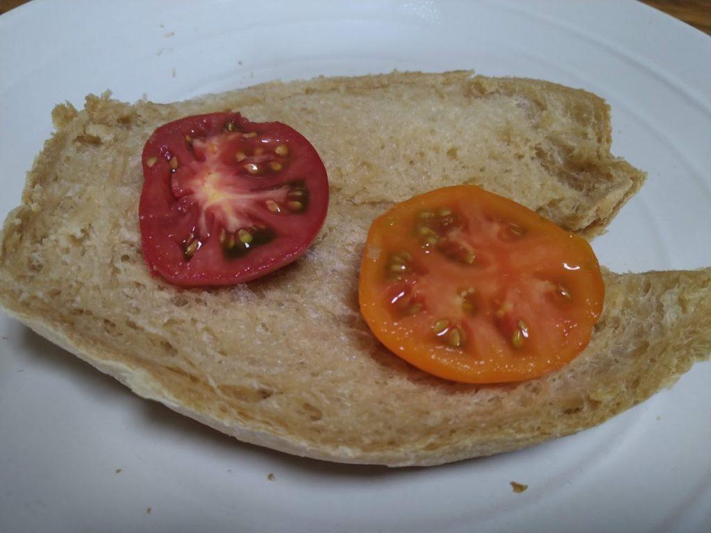 食パンの上にカットしたセレブスイートとフルーツゴールドギャバリッチを並べる